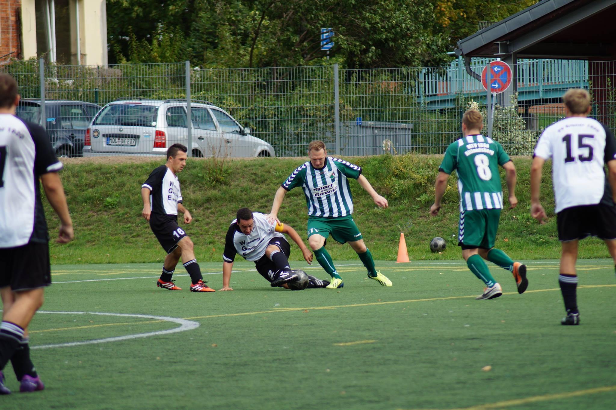 Nicolas Hofmann (Mitte) wird dem Team von Trainer Maik Ramin beim Auswärtsspiel in Erkner aufgrund einer Gelb-Roten Karte fehlen. Foto: CK